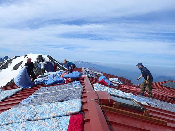 屋根の上に布団干し